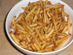 Varm pommes friterne i ovnen.