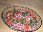 Drys basilikum og løg over tomaterne.