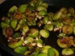 Steg nødderne sammen med rosenkålene.