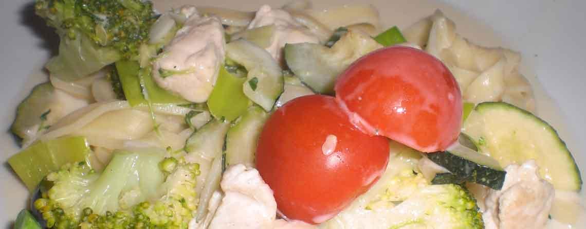 Kalkungryde med grøntsager, pasta og Mornaysauce