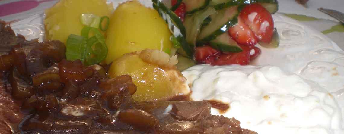 Kalvecuvette i hyldeblomst med agurkesalat og jordbær