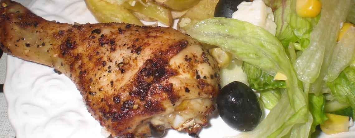Kyllingelår med kartoffelbåde og blandet salat