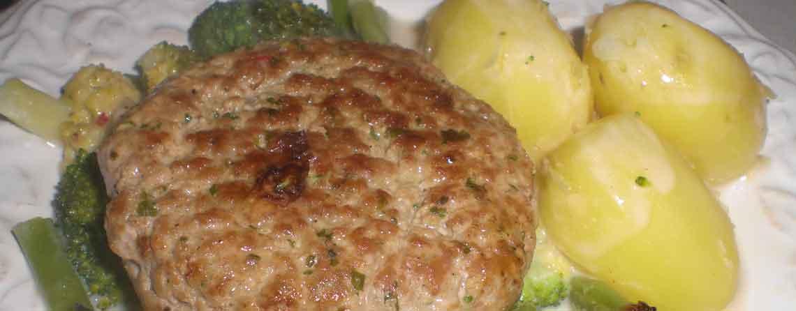 Karbonader med mornaygratineret broccoli og haricots verts