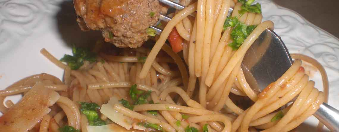 Spaghetti og kødboller i tomatsovs