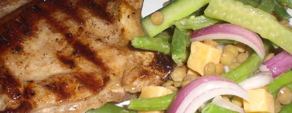Gourmetsaltede, intervalstegte koteletter og salat med marinerede linser