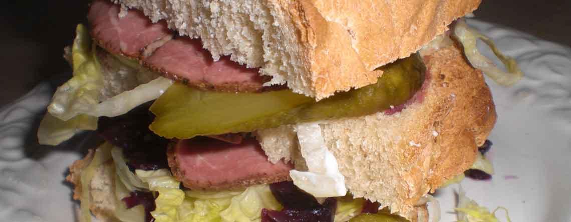 Sandwich med roastbeef og hvidløgsdressing