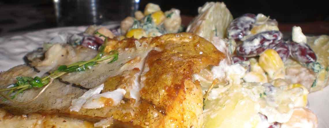 Kartoffelsalat med kidneybønner, kikærter og sennepsdressing
