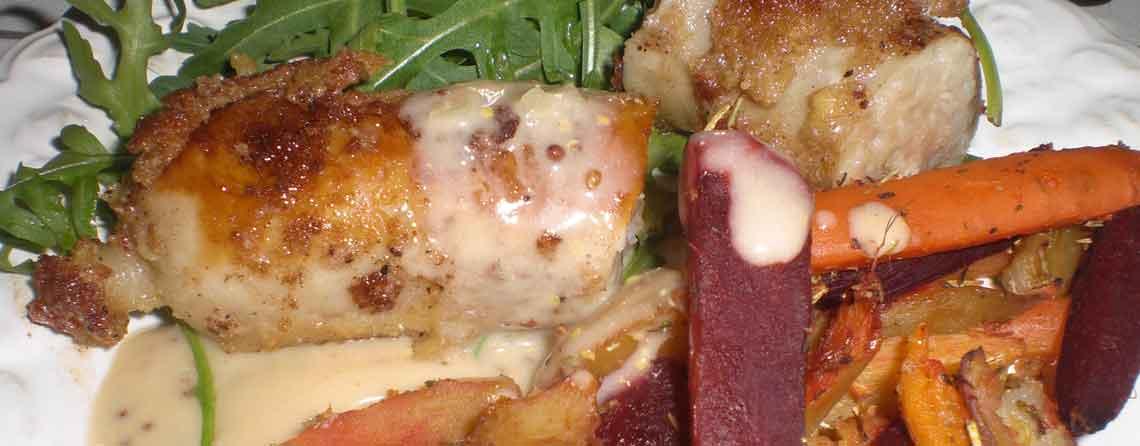 Sennepspaneret kyllingemedister med sennespssauce og honningbagte rodfrugter