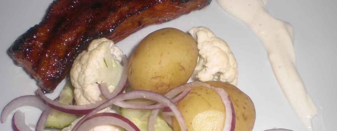 Gammeldaws revelsben med frisk salat og sennepsdressing
