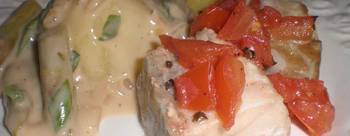 Cremet aspargessauté til mørksej bagt med tomat