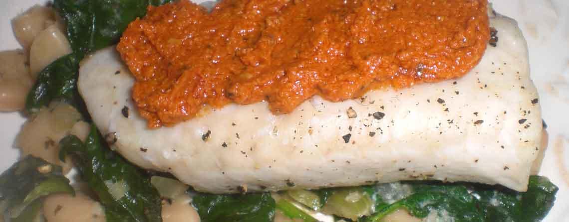 Mørksej i ovn med tomatpesto i spinat og hvide bønner