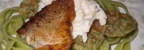 Grillet rødfisk med spinatvafler og peberrodscreme