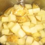 Skrub kartoflerne, skær dem i mindre stykke, og kog dem møre.