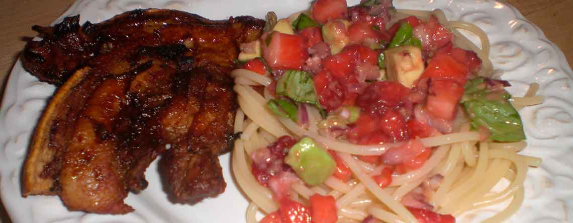 Stegt flæsk i ovn med spaghetti og jordbærsalat