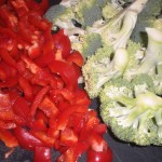 Del broccoli i buketter, og skær peber i tern.