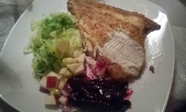 Helstegt rødspætte med honningglaserede rødbeder, spidskål og æble-løg-salat