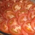 Læg tomaterne i et fad, og drys med salt.