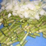 Skær løg og asparges i mindre stykker.