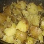 Vend de kogte kartofler i pestoen.