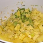 Tilsæt mango og avocado i tern.