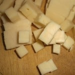 Skær osten i tern.