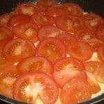 Læg tomatskiver på.