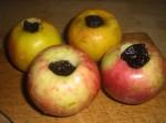 Fyld æblerne med svesker.