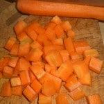 Skær gulerødder i tern.