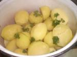 Pynt kartoflerne med lidt persilleduske.