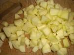 Skær æblerne i tern.