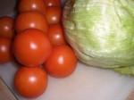 Skær tomat og salat i skiver/strimler.
