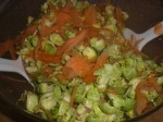 Vend gulerod og rosenkål i dressingen.