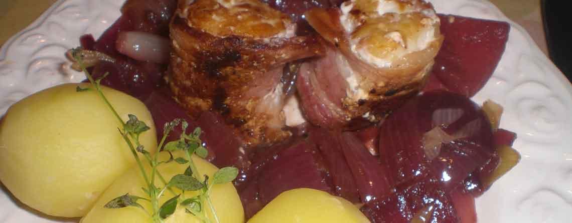 Fisk i bacon med løgkompot