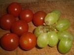 Halver tomater og druer.
