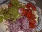 Tilsæt løg, agurker, tomater og druer.