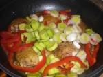 Tilsæt peberfrugt og porrer.
