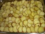 Læg kartoflerne oven på farsen.
