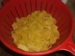 Kog pastaen, og lad den dryppe af.