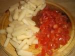 Hak tomaterne, og skær osten i stænger.