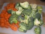 Skær gulerødder og porrer i skiver, og del broccolien i buketter.