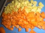Skær gulerødder og kartofler i tern.