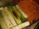 Tag grøntsagerne ud, når de er møre, og porrerne har fået lidt farve.