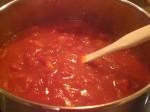 Bland ingredienserne til saucen.
