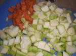 Skær løg, gulerødder og squash i tern.