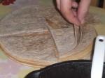 Skær tortillaerne i kvarter.