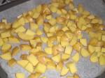 Fordel kartoflerne på en bageplade.