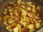 Drys pestoen over de bagte kartofler.