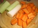 Skær gulerod og porrer i store stykker.