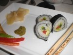 Servér sushi med ingefær, wasabi og soyasauce.