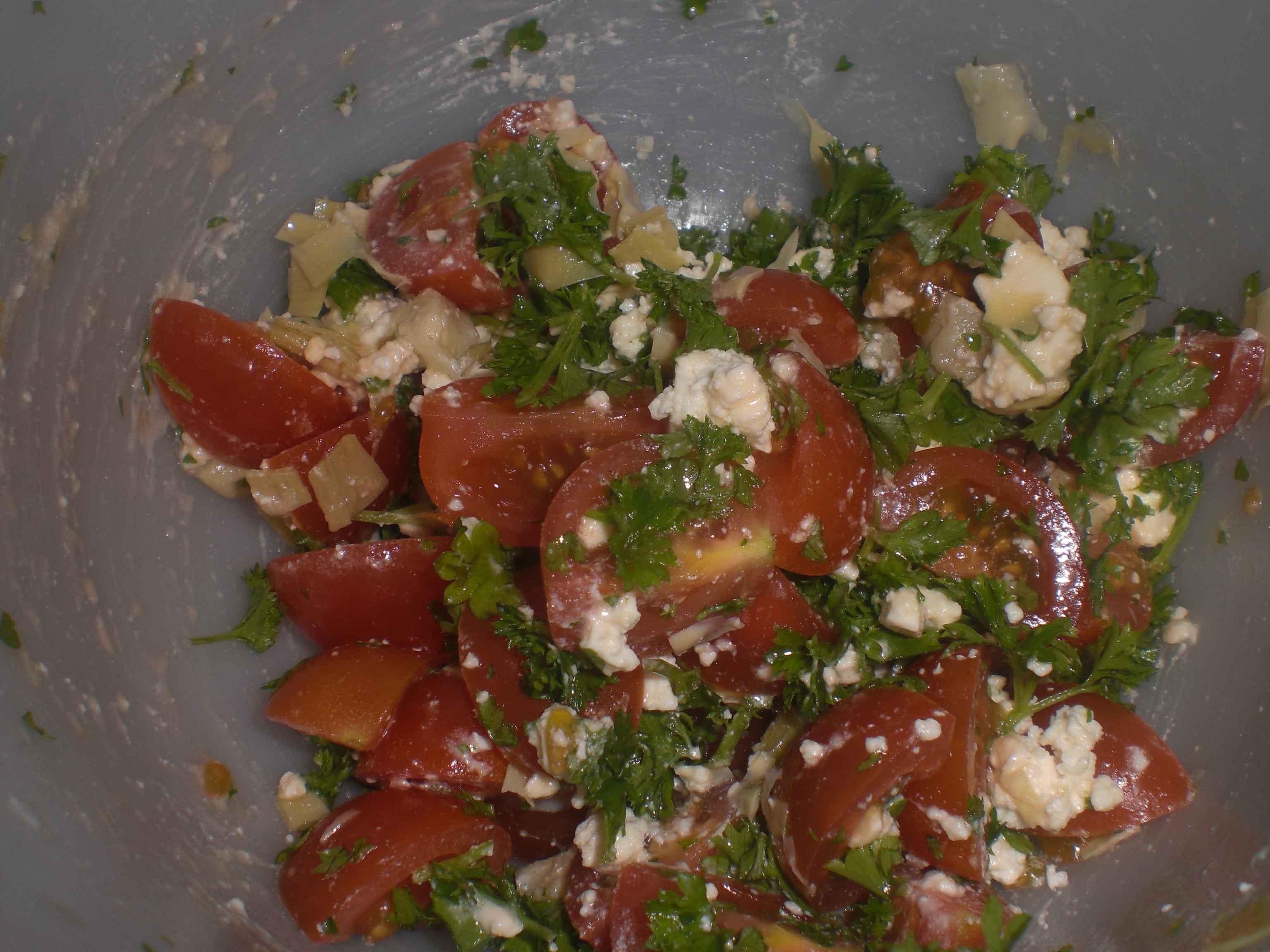 Vend oliven, tomat og persille med salattern.